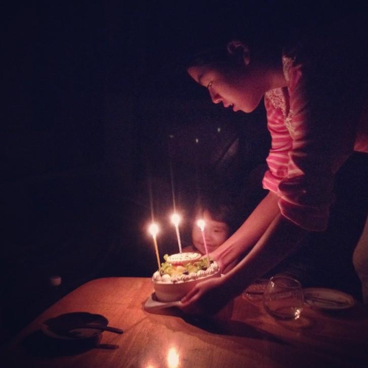お誕生日ケーキを前にウキウキの3歳児