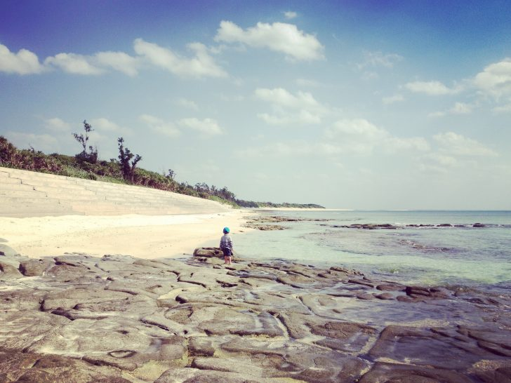 海にたたずむ男子(3歳)