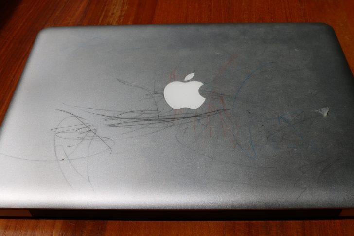 落書きだらけのMacbookPro