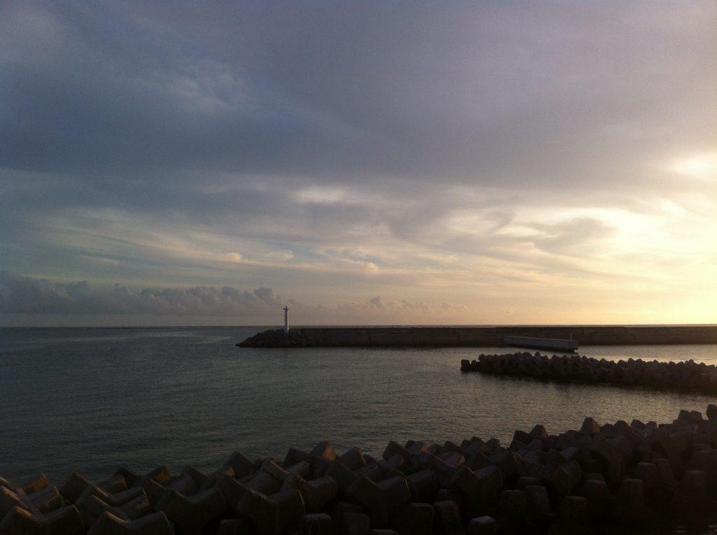 夕日に染まっていく久米島の海