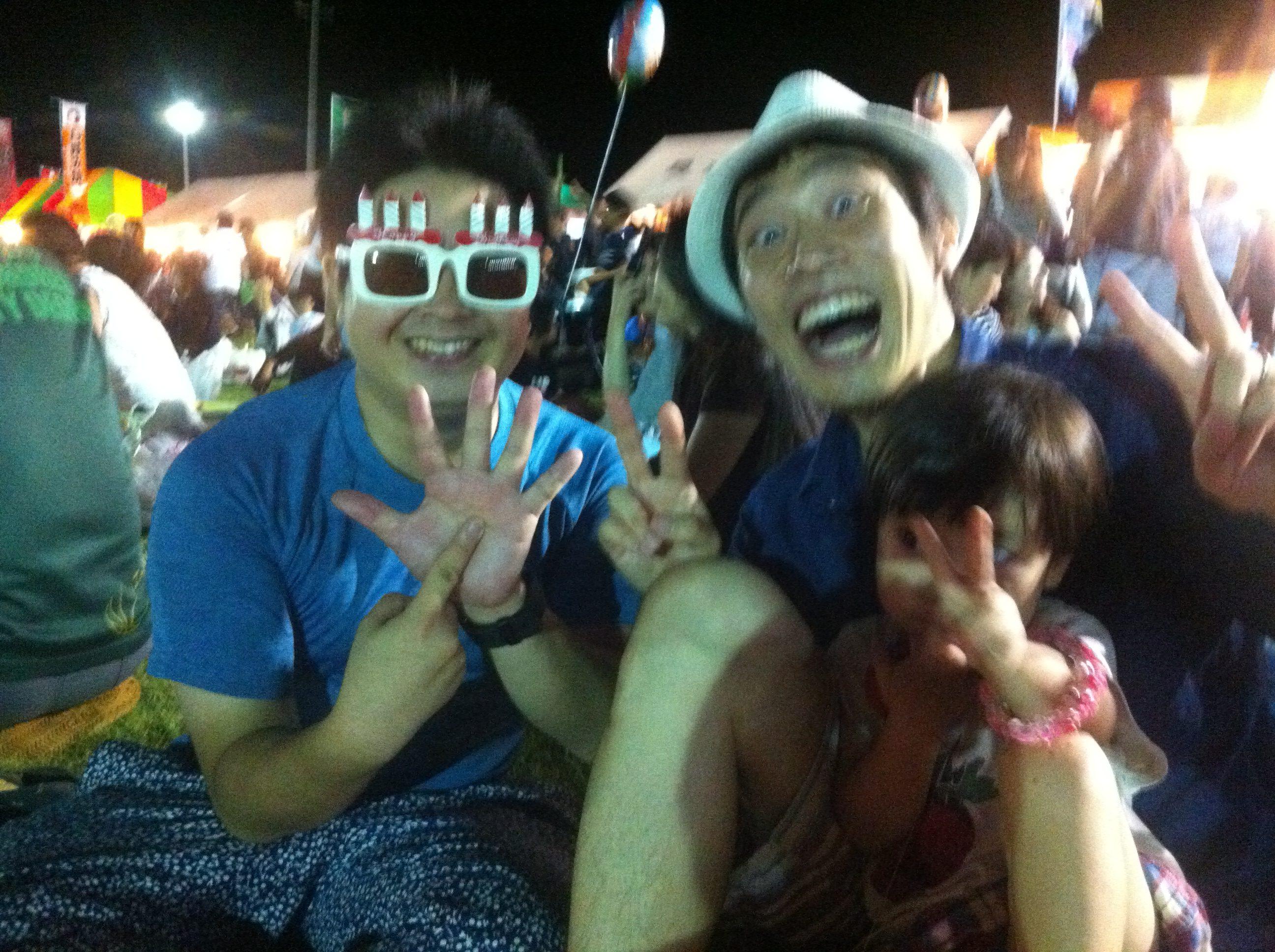 愉快な三人のお祭り記念写真