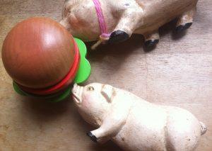 ハンバーガーを食っちゃ寝する2匹の豚ちゃん