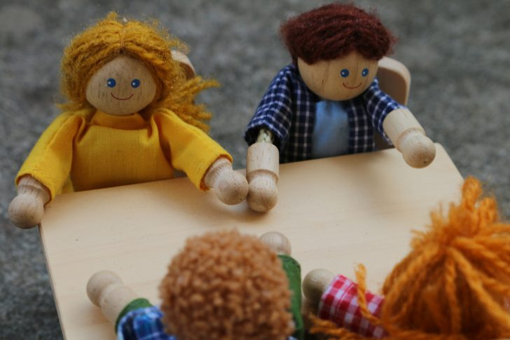 かわいい4人の人形と食卓