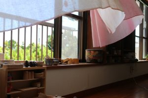 台風の風に揺れるカーテン