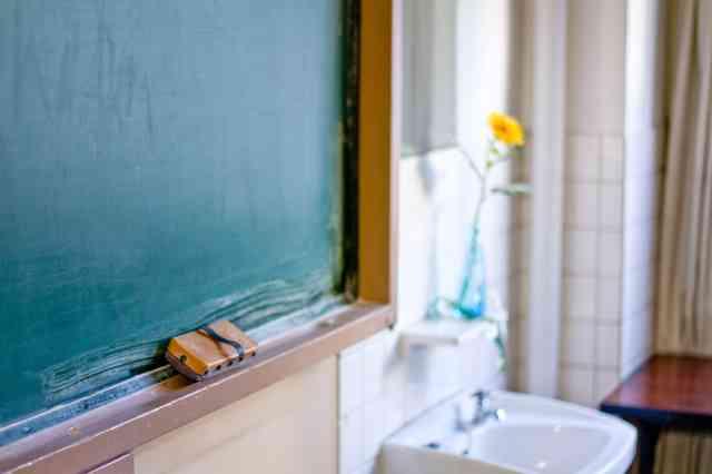 黒板と花瓶のお花