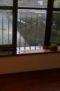 台風の豪雨が吹き込んだ窓