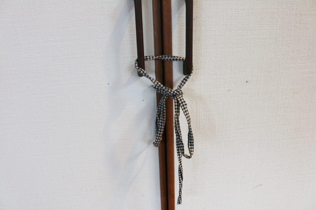 納戸のドアを締めている紐