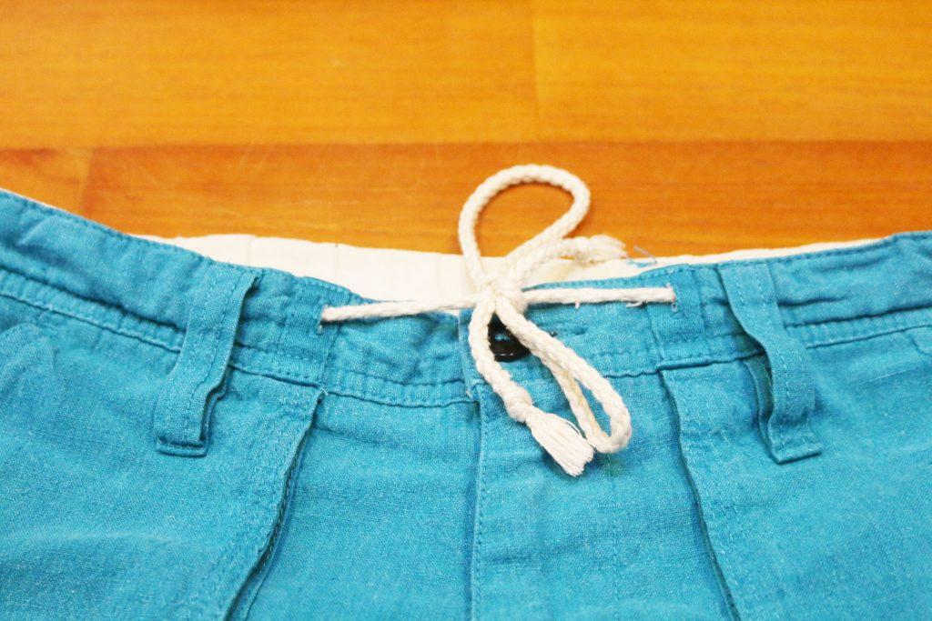 ちょうちょ結びしたズボンの紐
