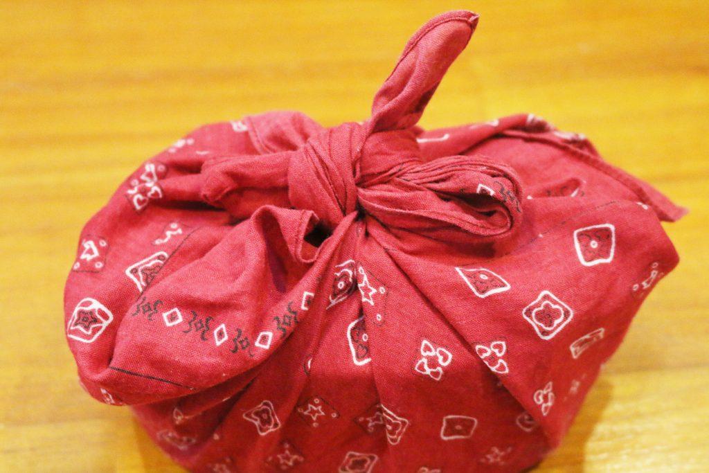 赤いバンダナで包んだ弁当箱