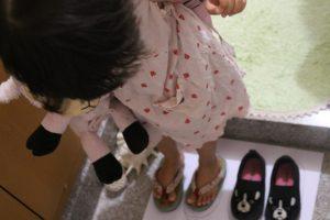 靴をそろえて脱ぐ三女