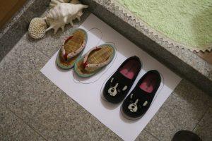 玄関たたきで揃った二つの可愛い靴