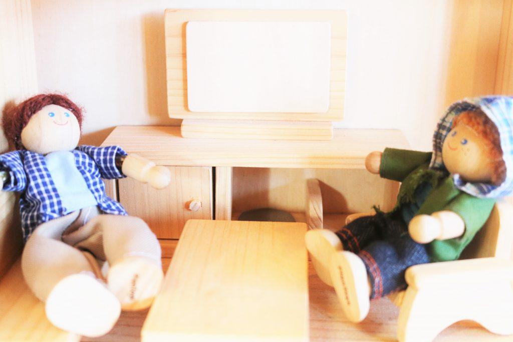 同居でくつろぐ友人二人