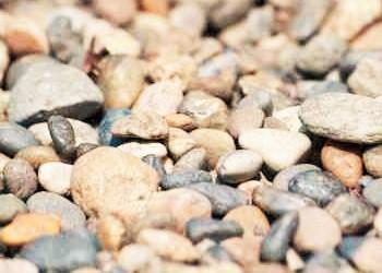 川辺の石ころ