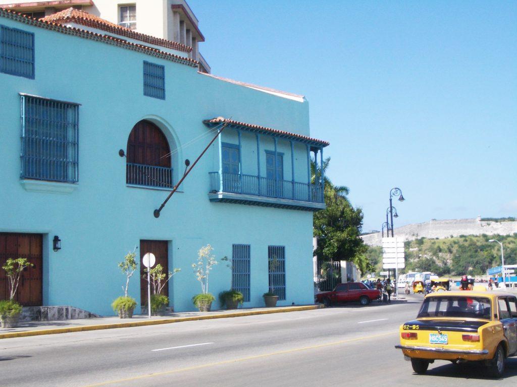 平和なキューバの通り