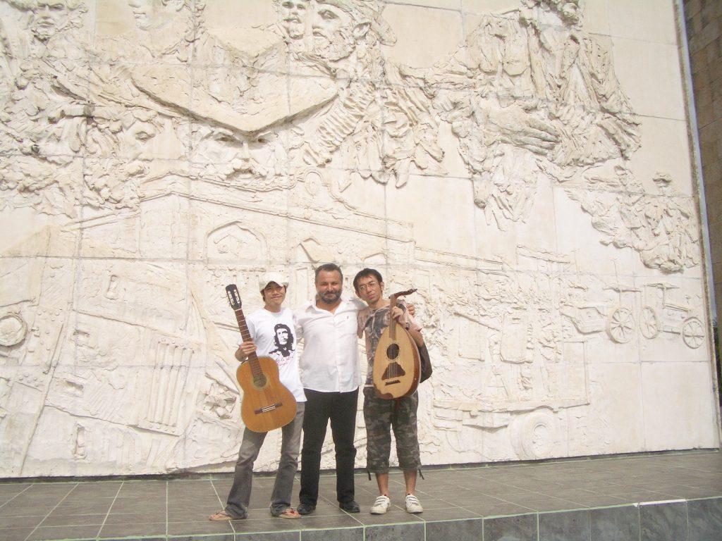 楽器を持った男三人