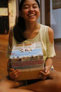 プレゼントの布ナプキンを受け取る長女