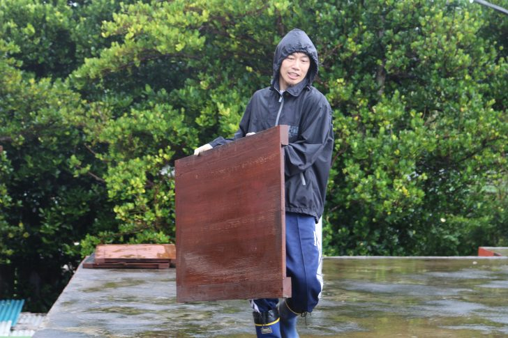 台風対策雨戸を運ぶサッシ