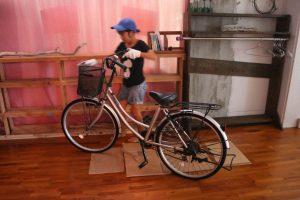 自転車を家の中に運び入れる次女