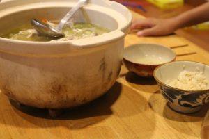 丸ごと鶏スープをみんなで囲む食卓