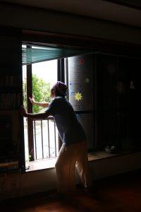 雨戸を開ける夫