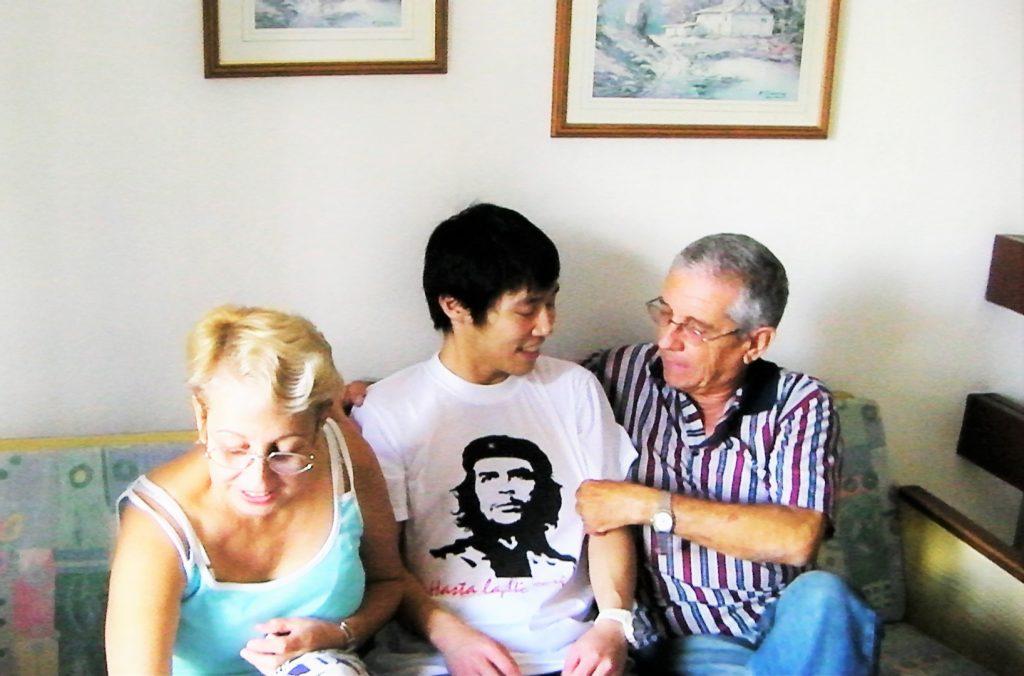 親子のようなキューバ人夫婦とサッシ