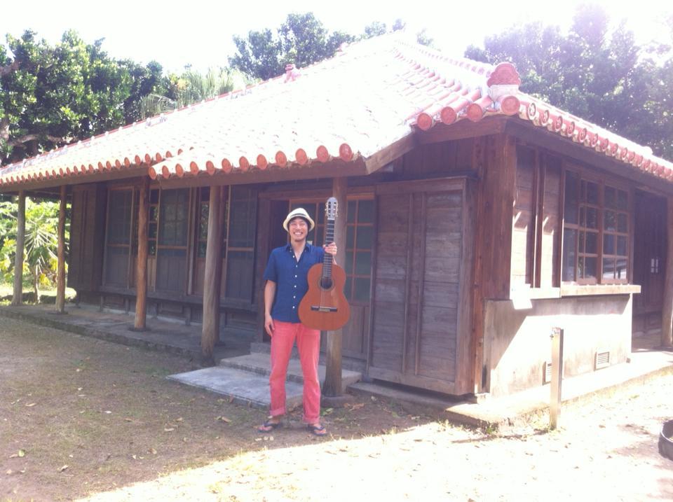 仲原家の前でギターを持つサッシ