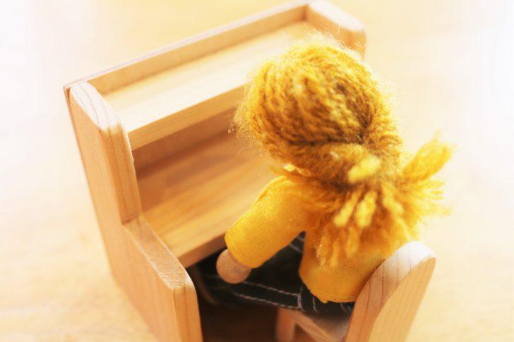 学習机で物憂げな女の子
