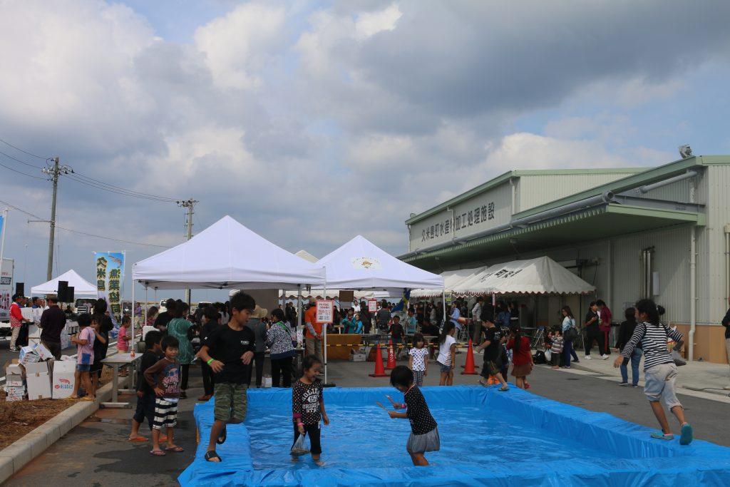 会場のテントやプール