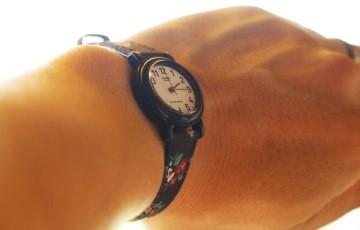 腕に巻いた腕時計
