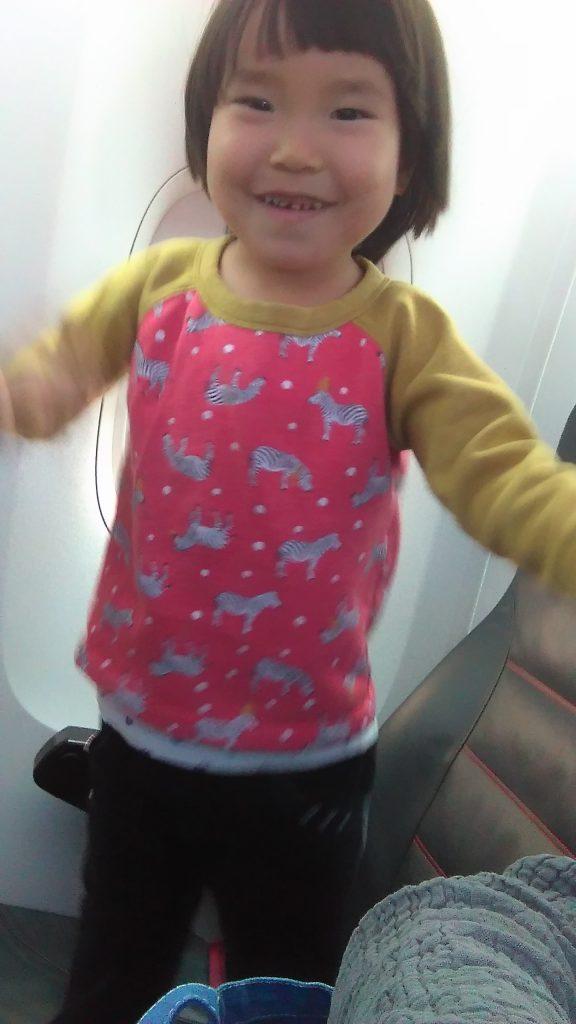 飛行機内で盛り上がる三女