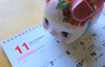 豚の貯金箱とカレンダー