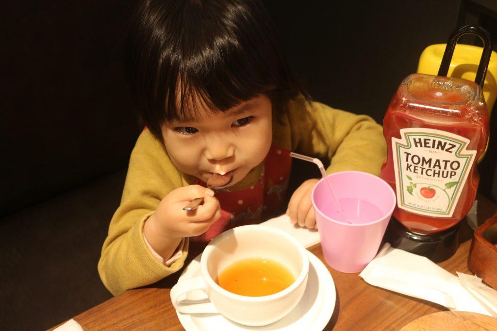紅茶を飲む幼女