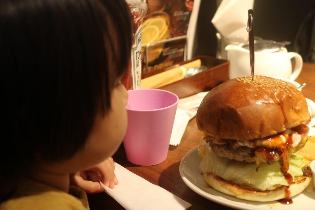 巨大なハンバーガーと幼女