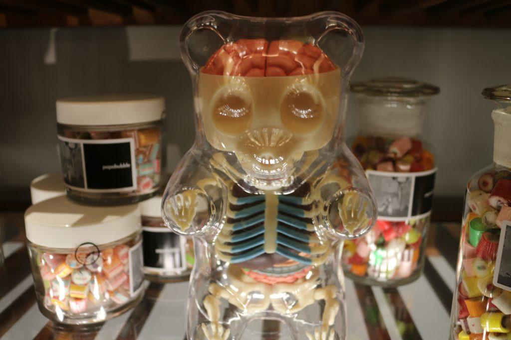 透明な人型の入れ物にキャンディ