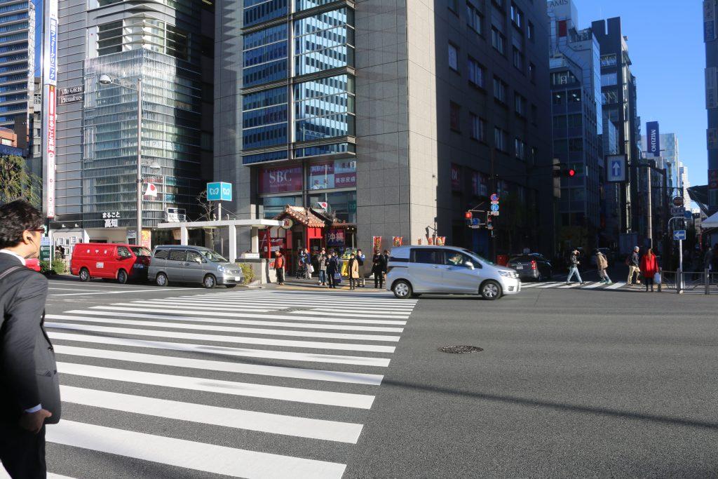 東京の交差点の信号待ち