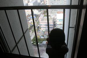 20階から下を眺める幼女