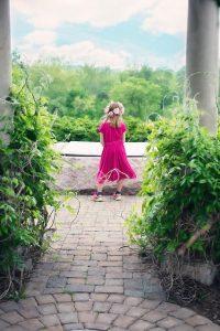 素敵なお庭にいる少女