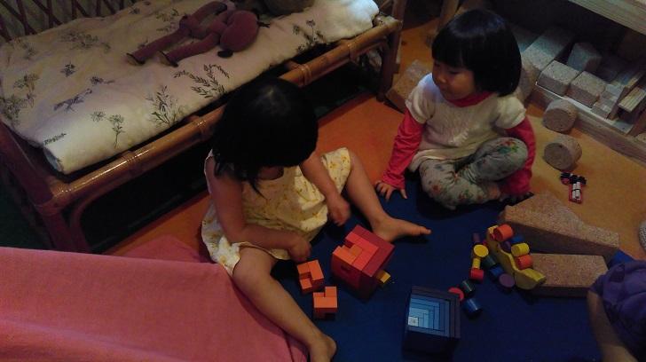 一緒に遊び出した幼い女の子二人