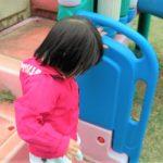 4歳の女の子が滑り台で一人ぼっちな感じ