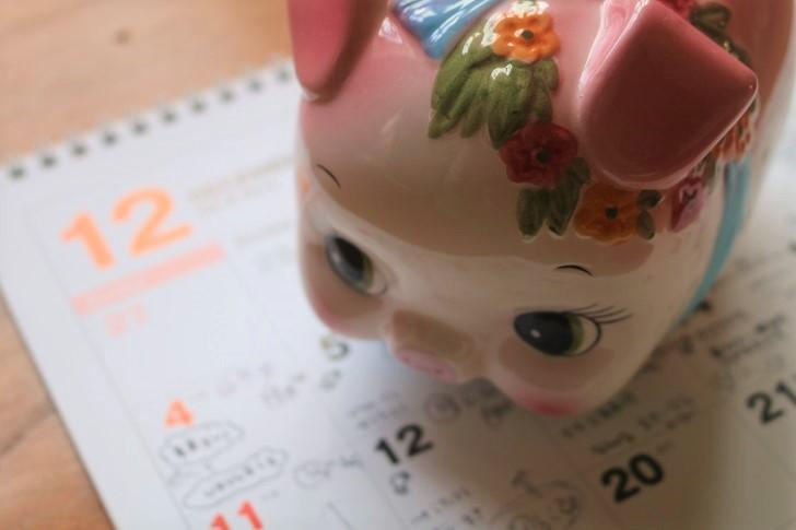 豚貯金箱とカレンダー12月