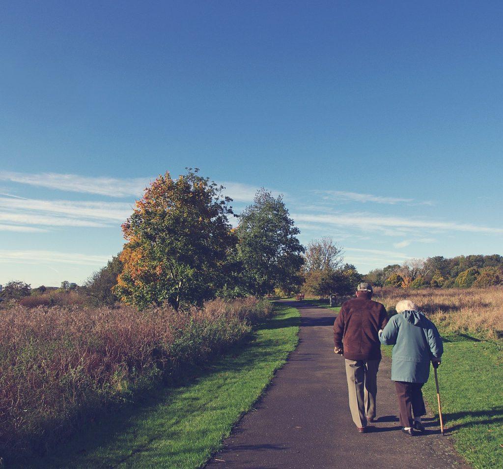 お散歩するおじいちゃんとおばあちゃん