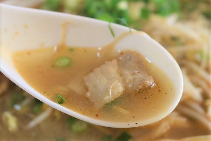 レンゲに乘った肉とスープ