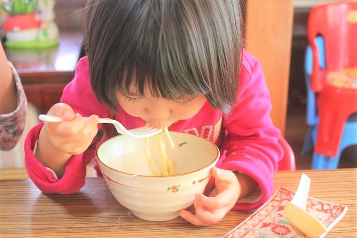 沖縄そばを食べる幼女