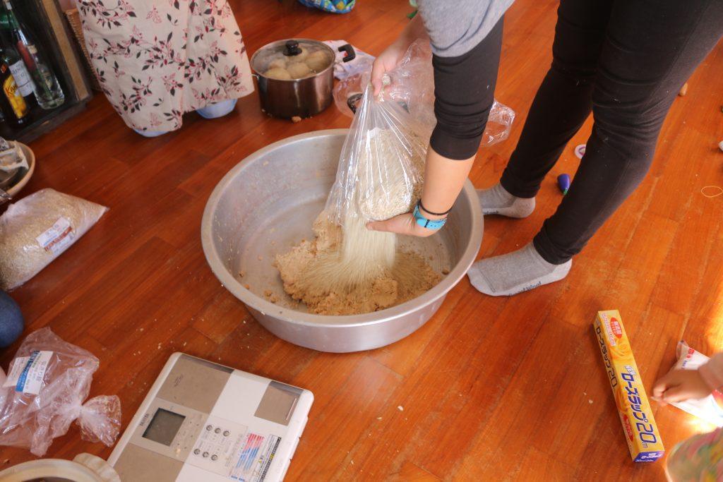 つぶした大豆に塩きり麹を入れるところ1