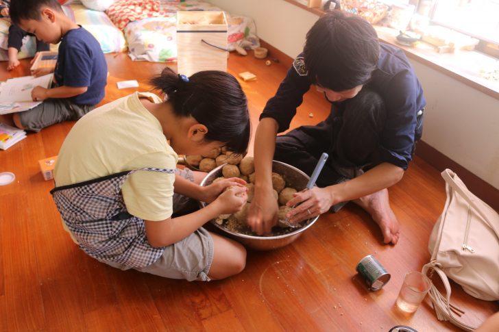 味噌玉を作っているところ2
