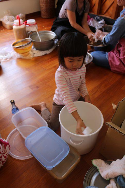 味噌を詰める容器を消毒する