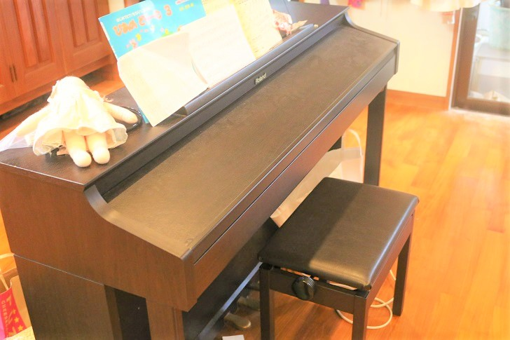 電子ピアノと椅子