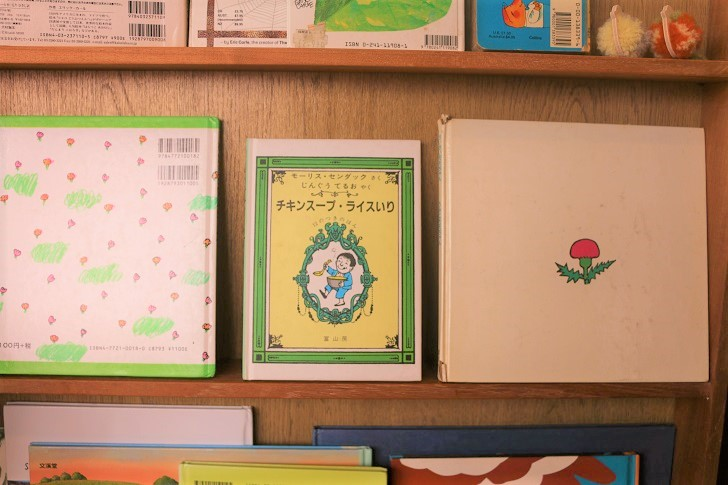 棚に並んだ絵本