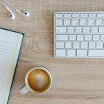 パソコンキーボードとコーヒー