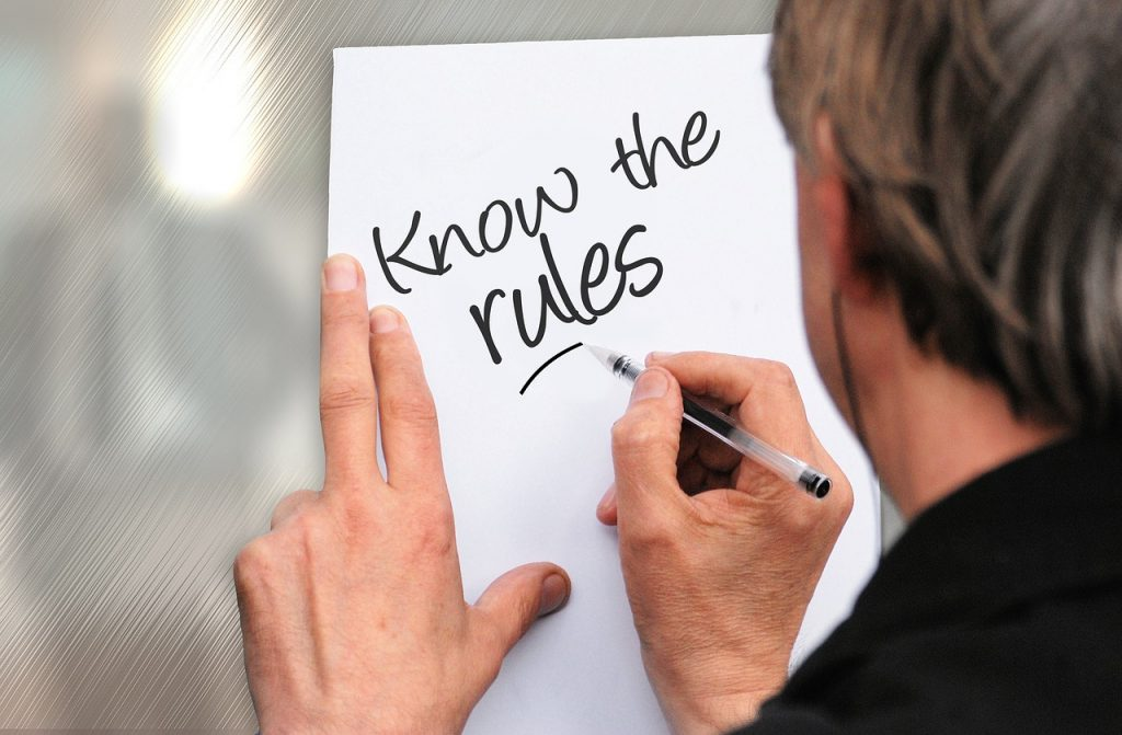 ルールを書く男性